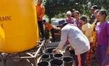 Warga antre untuk mendapatkan air bersih secara gratis saat petugas Badan Penanggulangan Bencana Daerah (BPBD) menyalurkan bantuan air bersih.