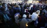 Warga AS yang berduka melakukan doa bersama Rabu (17/4) di Balai Kota Boston, Massachussets untuk para korban ledakan pada Marathon Boston