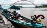 Warga berada di perahu miliknya di sekitar Jembatan Sungai Kahayan, Desa Pahandut, Kec. Pahandut, Kota Palangkaraya, Kalteng, Senin (6/5)