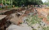 Warga bergotong-royong membersihkan jalan yang amblas, di Nagari Kumanis, Kab.Sijunjung, Sumatera Barat, Senin (5/11/18).