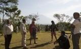 Warga berkumpul untuk mencari infromasi aktifitas Gunung Agung di Pos Pemantauan Desa Rendang, Karangasem, Bali, Selasa (19/9).