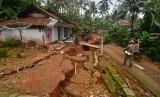 Warga gotong royong membersihkan halaman yang terdampak bencana pergerakan tanah (ilustrasi)