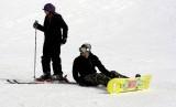 Delapan warga negara asing terjebak dalam longsoran salju di resor ski di Pulau Hokkaido, Jepang, Kamis (30/1) (Foto: ilustrasi wisatawan bermain ski)