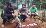 Warga Kampung Pasir Muncang, Desa Pusakmulya, Kecamatan Kiara Pedes, Purwakarta, sedang berdo'a di makam bayi malang Dian Asriani yang dikubur oleh ibu kandungnya dalam kondisi hidup, Ahad (21/4).
