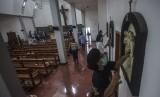Warga mebersihkan gereja pascapenyerangan yang dilakukan oleh seorang pria dengan senjata tajam saat ibadah misa di Gereja St. Lidwina, Bedog, Trihanggo, Gamping, Sleman, DI Yogyakarta, Senin (12/2).