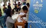 Warga melakukan pendaftaran di hari pertama Program Mudik Lebaran Gratis 2019 yang digelar oleh Dinas Perhubungan Provinsi Jawa Barat di Gedung Dinas Perhubungan Kota Bekasi, Selasa (26/3/2019).