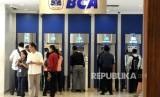 Warga melakukan transaksi menggunaka mesin ATM BCA di salah satu pusat perbelanjaan di Jakarta.