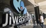 Warga melintas di depan kantor Asuransi Jiwasraya di Jalan Juanda, Jakarta, Rabu (11/12/2019).