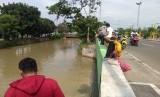 Warga memancing di tepi Sungai Rawa Tembaga, Bekasi Selatan