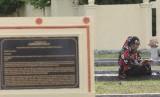 Warga membaca surah Yasin di kuburan massal korban tsunami saat peringatan 12 tahun tsunami di Desa Suak Indrapuri, Kecamatan Johan Pahlawan, Aceh Barat, Aceh, Senin (26/12).