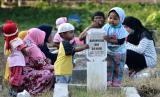 Rasulullah SAW menyatakan 3 amalan yang pahalanya akan tetap mengalir. Ilustrasi anak berdoa