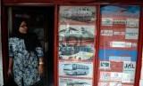 Warga membeli tiket pesawat di salah satu agen tiket perjalanan di Jakarta, Selasa (3/2). (Republika/ Yasin Habibi)