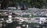 Warga mencari sampah plastik yang bisa diolah di Sungai Kalibaru yang tercemar limbah di Sukabakti, Tangerang, Banten, Rabu (25/9/2019).