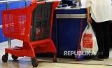 Warga menenteng barang mengunakan kantong plastik di salah satu pusat perbelanjaan di Jakarta, Senin (3\10).