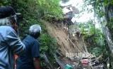 Warga mengamati longsor disebuah tebing sepadan sungai yang terjadi di RT 5 RW 8 Kelurahan Hegarmanah, Kecamatan Cidadap, Kota Bandung, Ahad (19/5).