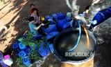 Warga mengambil air saat pengiriman air bersih dengan tangki (ilustrasi)