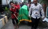 Warga mengangkat jenazah Sudirdjo, seorang petugas Kelompok Penyelenggara Pemungutan Suara (KPPS) Pemilu serentak 2019 yang meninggal dunia usai mendapatkan perawatan di rumah sakit untuk dimakamkan di Bekasi, Jawa Barat, Selasa (23/4/2019).