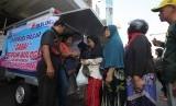 Warga mengantre membeli cabai saat operasi pasar cabai