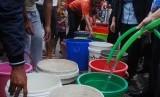 Warga mengantre saat pemberian bantuan air bersih oleh PDAM Tirtawening Kota Bandung