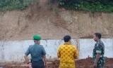 Enam orang anak tertimbun di lokasi longsor di proyek pembangunan jalur kereta ganda Sukabumi-Bogor di Kecamatan Cicurug, Kabupaten Sukabumi Kamis (10/1) sore. Dampaknya satu meninggal dunia dan lima lainnya luka-luka.n dokumentasi Kodim 0607 Kota Sukabumi