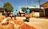 Warga mengerjakan pembuatan berem jalan yang telah dibetonisasi di Desa Tegaldowo, Kecamatan Gunem, Kabupaten Rembang. Peningkatan infrastruktur di desa yang berada di Ring I Pabrik Semen rembang terus ditingkatkan melalui bantuan lagsung PT semen Indonesia kepada pemerintah desa.