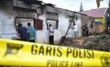 Warga mengerumuni lokasi rumah yang dijadikan pabrik pembuat korek gas (mancis) pasca kebakaran di Desa Sambirejo, Kecamatan Binjai, Kabupaten Langkat, Sumatra Utara, Sabtu (22/6). Peristiwa kebakaran menewaskan 30 orang.