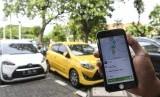 Warga menggunakan aplikasi untuk memesan taksi berbasis dalam jaringan (online) di Jakarta. ilustrasi.