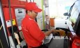 Warga mengisi Bahan Bakar Minyak (BBM) jenis premium di SPBU Cikini, Jakarta, Ahad (2/10).