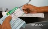 Warga mengisi formulir Badan Penyelenggara Jaminan Sosial (BPJS) Kesehatan di kantor BPJS Kesehatan (ilustrasi). Perangkat teknologi sidik jari disediakan BPJS Kesehatan demi peningkatan layanan