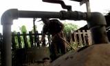 Para akademisi Universitas Brawijaya (UB) membimbing peternak olah limbah jadi biogas. Ilustrasi.