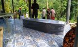 Warga menguburkan pasien dalam pengawasan (PDP) Covid-19 di Desa Cibatuireng, Kecamatan Karangnunggal, Kabupaten Tasikmalaya, Selasa (24/3).