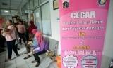 Warga menuggu antrian untuk melakukan pemeriksaan deteksi dini kanker serviks dan kanker payudara dalam kegiatan pekan deteksi dini kanker di Puskesmas Kecamatan Senen, Jakarta, Selasa (11/10).