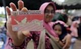 Warga menunjukan Kartu Identitas Anak (KIA).  Permohonan pembuatan KIA di Kabupaten Purwakarta melonjak. Ilustrasi.