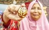 Warga menunjukan telur asin asap batik di Industri rumahan Desa Dawuan Barat, Cikampek, Karawang, Jawa Barat, Selasa (15/01/2019). Industri rumahan tersebut merupakaan binaan dari program CSR PT Pertamina Terminal BBM (TBBM) Cikampek.