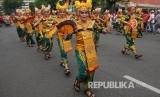 Warga menyaksikan parade budaya saat Surabaya Vaganza 2019 di Surabaya, Jawa Timur, Ahad (24/3/2019).