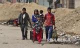 Warga muslim meninggalkan lingkungan rumahnya yang mayoritas warga Hindu pascabentrok massa pendukung dan penentang UU Kewarganegaraan India berujung rusuh di New Delhi, India.