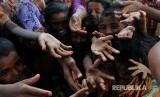 PBB Sambut Keputusan Mahkamah Internasional Soal Rohingya. Warga muslim rohingya menunggu penyaluran bantuan berupa paket makanan di Kamp Pengungsi Rohingya di Propinsi Sittwe, Myanmar.
