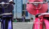 Turis menaiki sepeda onthel saat mengunjungi kawasan wisata Kota Tua, Jakarta. Di Indonesia sepeda dulu pernah menjadi simbol status sosial.