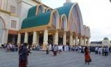 Warga NTB shalat di Masjid Hubbul Wathan.