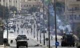 Warga Palestina bentrok dengan pasukan Israel setelah protes terhadap pembukaan kedutaan AS di Yerusalem, di kota Betlehem, Tepi Barat, Senin, 14 Mei 2018.