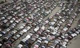 Warga Palestina melaksanakan shalat Idul Fitri di Jalur Gaza, Rabu (5/6).