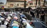 Warga Palestina melaksanakan Shalat Jumat di jalan menuju kompleks Masjid Aqsha yang diblokir polisi Israel di Kota Tua Yerusalem, Jumat (21/7).