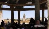 Warga Palestina shalat Jumat di kompleks Masjid al-Aqhsa, Yerusalem, Jumat (18/5). Penjajah Israel membuka akses wilayah ini bagi jamaah shalat Jumat wanita, anak-anak, dan laki-laki berumur di atas 40 tahun.