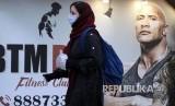 Iran Tutup Surat Kabar Atas Tuduhan Angka Virus Corona. Foto: Warga Teheran Iran melintasi jalanan kota menggunakan masker, Sabtu (22/2). Meyusul kematian 5 warga Iran yang terjangkit Corona Virus (COVID-19) pemasaran masker di negara ini melonjak drastis.