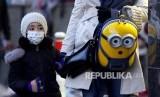 Warga Teheran Iran melintasi jalanan kota menggunakan masker, Sabtu (22/2). Meyusul kematian 5 warga Iran yang terjangkit Corona Virus (COVID-19) pemasaran masker di negara ini melonjak drastis.