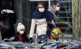 Warga Teheran Iran melintasi jalanan kota menggunakan masker, Sabtu (22/2). Seluruh 132 penumpang dan awak sebuah pesawat Turkish Airlines dari Teheran akan dikarantina selama 14 hari dan diperiksa di rumah sakit di Ankara.