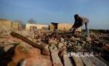 Warga Terdampak Waduk Jatigede mencari bahan bangunan dari reruntuhan rumah di desanya yang muncul kembali ke permukaan.