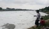Warga tetap memancing meski air di BKT Marunda berwarna hitam dan berbusa