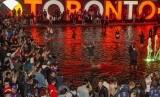 Warga Toronto merayakan keberhasilan Toronto Raptors juara NBA 2019.