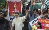 Warga turun ke jalan untuk menunjukkan dukungannya terhadap warga Kashmir di Hyderabad, Pakistan, Jumat (6/9).